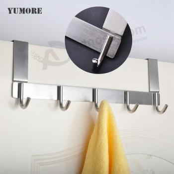 appendiabiti da bagno sopra il gancio porta asciugamani della doccia ...
